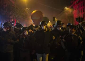 5日、パリでデモ行進する人たち(AP=共同)