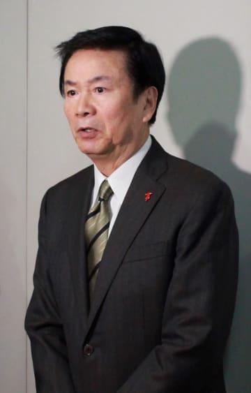 職員の逮捕を受け、報道陣を前に謝罪の言葉を述べる森田知事=6日午前、千葉県庁