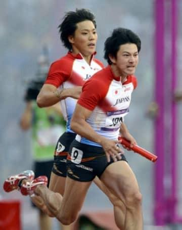 ロンドン五輪の男子400メートルリレー予選に出場し、バトンを受け取る江里口匡史=2012年8月、ロンドンの五輪スタジアム