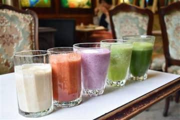 5種類ある「レスキュージュース」。それぞれ果物や野菜などさまざまな材料を混ぜ合わせて作っている=青森市の喫茶クレオパトラ