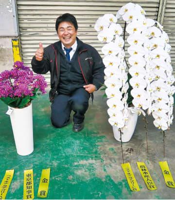 加藤春幸さんを中心に大賞作品「ザプレミアムホワイト」(右)と「スパークラー」(提供写真)