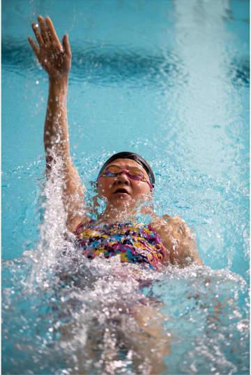 背泳ぎを練習する成田さん=6月