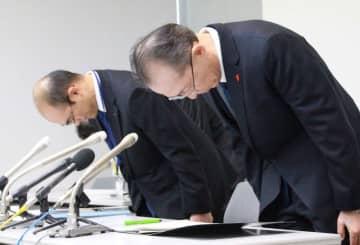 職員逮捕を受け開かれた記者会見で、謝罪する清水生也総務部次長(右)と岡田慎太郎・同部政策法務課長=6日午前、千葉市中央区の県庁