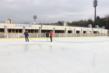 オープンを前に製氷作業が進むスケートリンク