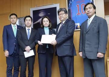 萩生田文科相(右から2人目)に決議文を手渡す自民党の高階恵美子文科部会長(中央)=6日午後、文科省