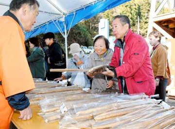 広田産の自然薯を買い求める来場者