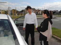 若者に教習を行う指導員(左)。冬に比べると、秋の生徒は少ない=兵庫県播磨町宮西1、東播自動車教習所