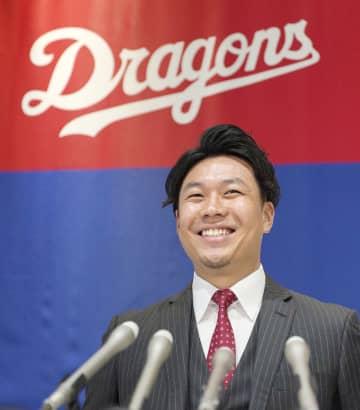 契約更改交渉を終え、笑顔で記者会見する中日・大野雄=6日、名古屋市の球団事務所