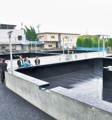 関係者も興味深々に見学する新水槽