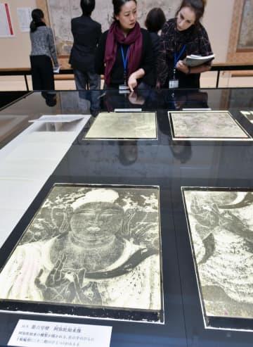 奈良国立博物館で報道陣向けに公開された、法隆寺の金堂壁画を焼損前に撮影した写真ガラス原板=6日午後、奈良市