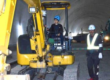 建設業関係者の子どもたちが重機の操作などを体験した見学会