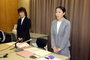 職員の懲戒処分を発表する広島国税局の広報広聴室長(右)=広島市中区