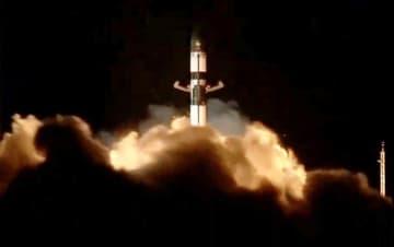 6日、ニュージーランド北島の射場から打ち上げられる、人工的に流れ星を発生させる衛星を搭載したロケット(米ロケットラボ提供・共同)