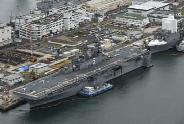 米海軍佐世保基地に配備された最新の強襲揚陸艦「アメリカ」=6日午後1時26分、長崎県佐世保市(共同通信社ヘリから)