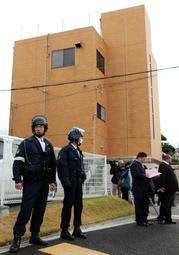神戸山口組が臨時会合を開いた組事務所前で、警戒に当たる兵庫県警の警察官=12月6日午後0時55分、神戸市西区