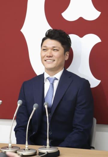 契約更改を終え、記者会見する巨人の坂本勇=6日、東京・大手町の球団事務所