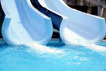 佐藤栞里、プールのウォータースライダーで水着が「ズルむけ」