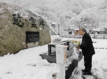 14人の犠牲者の名前が刻まれた慰霊碑に献花する米田徹市長=6日、糸魚川市