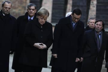 ポーランド南部のアウシュビッツ強制収容所跡で式典に参加するドイツのメルケル首相(中央左)=6日(AP=共同)