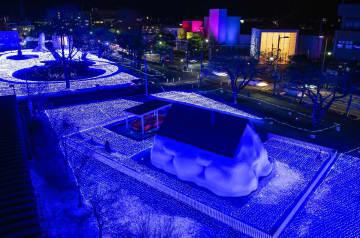 アートとイルミネーションが融合した、幻想的な空間が広がる広場=6日午後6時15分ごろ、十和田市