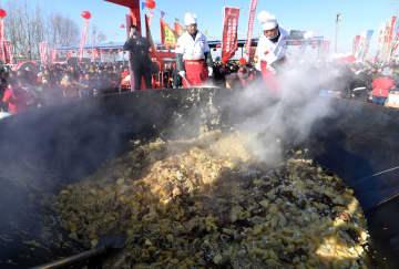 巨大鍋で1・8トンの煮込み料理 内モンゴル自治区