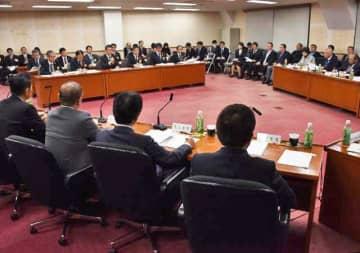 宮崎カーフェリーへの貸し付けの妥当性などについて知事に説明を求めた県議会合同審査会=6日午後、県庁