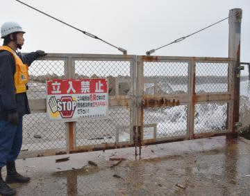 立ち入り禁止区域に釣り人がいないか確認する鹿島海上保安署員=24日午後、鹿嶋市平井