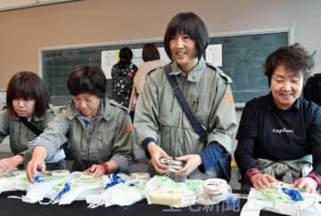 伊参スタジオ映画祭でスタッフとともに記念品を準備する遠藤さん(右から2人目)