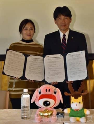 覚書を交わす山本知事(右)と微博のジェニー・ソー氏