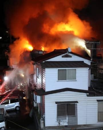 炎を上げて燃える民家(6日午後11時17分、広島市東区戸坂大上3丁目)