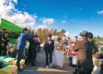 青空のもと、みかん農園で行われた結婚式