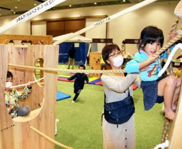 木製の大型遊具で遊ぶ子どもたち