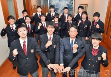 内山社長(前列右から2人目)に全国大会での健闘を誓った前橋育英高の男女サッカー部、男子バスケットボール部=上毛新聞社