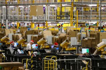 セールに備えるアマゾン・コムの配送センター=11月、英ピーターバラ(ゲッティ=共同)