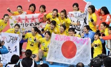 1次リーグ最終戦で中国に快勝し、笑顔で記念写真に納まる日本の選手たち=6日午後、熊本市東区のパークドーム熊本(高見伸)