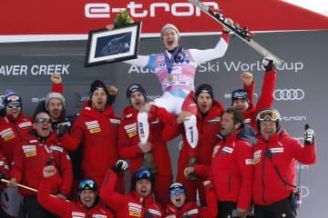 W杯初勝利を挙げチームメートから祝福されるマルコ・オデルマット=6日、米コロラド州ビーバークリーク(AP=共同)