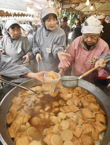 京都市の千本釈迦堂で始まった冬の風物詩「大根だき」=7日午前