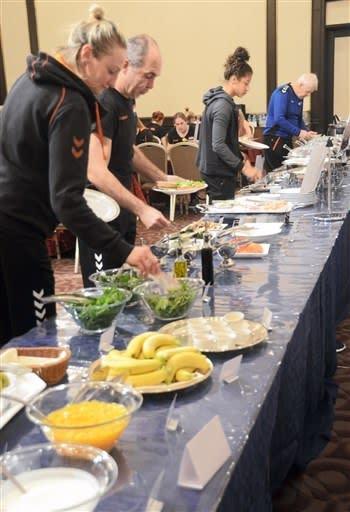 ホテルで昼食を取る女子ハンドボール世界選手権に出場中のオランダの選手ら=1日、熊本市中央区