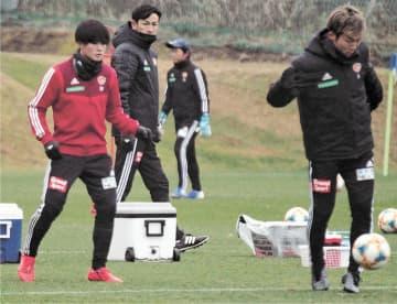最終節を前にした練習で田中(左)、椎橋(右)の動きを見つめる渡辺監督
