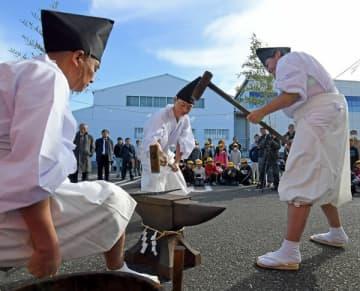 熱した鉄棒を大づちで鍛えた鍛錬式=6日午前、足利市福富新町