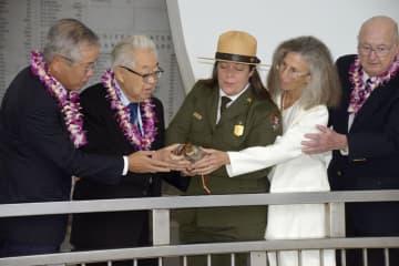 米退役軍人らと一緒に日米の犠牲者を供養する菅野寛也さん(左から2人目)=6日、米ハワイ州真珠湾(共同)