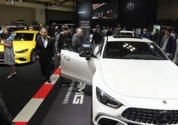開幕した「大阪モーターショー」でずらりと並んだ最新鋭車に見入る来場者ら=6日、大阪市住之江区のインテックス大阪