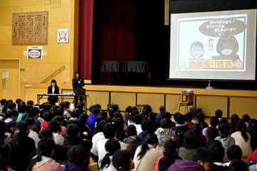 インターネットの安全な利用方法を解説する「あおぞら」の警察官ら=5日午前、加須小学校