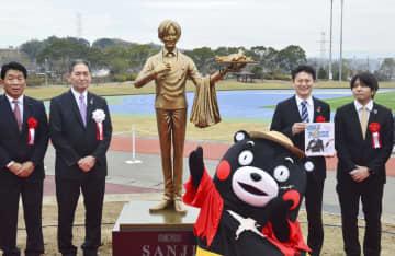 熊本県益城町に設置された、漫画「ONE PIECE」に登場する料理人「サンジ」の銅像=7日午前