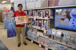 論理的思考や想像力が高まるおもちゃをPRするトイザらス太田店