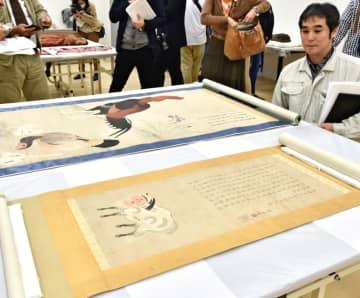 「白澤之図」(手前)など焼失を免れた収蔵品=6日午後、那覇市の県立博物館・美術館