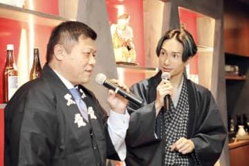 福井の食の魅力を語る橘ケンチさん(右)と水野直人社長=11月30日、東京都目黒区の飲食店「LDH kitchen IZAKAYA AOBADAI」