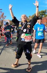 げたを履いて「大阪マラソン」を4時間切り。作務衣には地元明石で応援してくれる仲間の店舗名がたくさん入っていた=大阪市(福浪弘和さん提供)