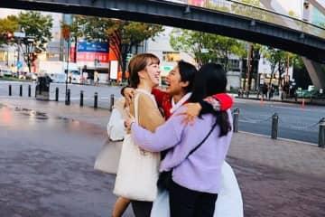 モスバーガーの店員が総出で!日本縦断フリーハグの韓国人女性「涙が出るほどうれしかった」