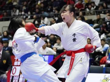 女子団体組手決勝 静岡の選手を破った千葉の植草歩(右)=高崎アリーナ